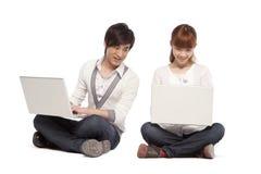 2 друз используя портативные компьютеры Стоковые Фото
