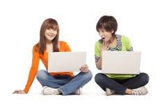2 друз используя портативные компьютеры Стоковое фото RF