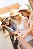 3 друз используя smartphone в городе Стоковые Фотографии RF