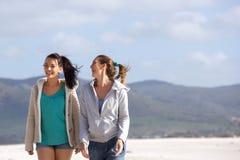 2 друз идя на усмехаться пляжа Стоковое Изображение RF