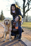 2 друз идя собака Стоковая Фотография