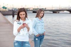 2 друз идя через город Стоковое Изображение RF