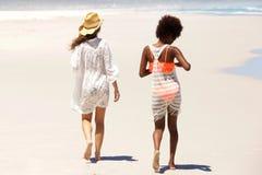 2 друз идя barefoot на пляж Стоковое Изображение RF