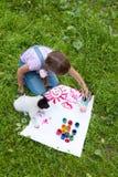 2 друз маленькая девочка и щенок Стоковые Изображения RF