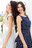 2 друз маленьких девочек нося славные платья Стоковое фото RF