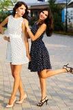 2 друз маленьких девочек нося славные платья стоковые изображения rf