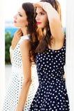 2 друз маленьких девочек нося славные платья стоковые фотографии rf