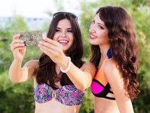 2 друз маленьких девочек совместно на пляже Стоковые Изображения RF