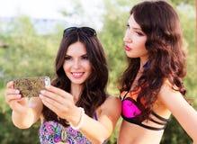 2 друз маленьких девочек совместно на пляже Стоковое Фото