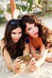2 друз маленьких девочек совместно на пляже Стоковая Фотография