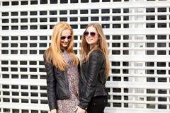 2 друз маленькой девочки вися вне в городе Стоковое Изображение