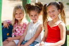 3 друз маленькой девочки в парке. Стоковые Фотографии RF