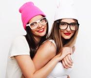 2 друз маленькой девочки нося шляпы Стоковое Изображение