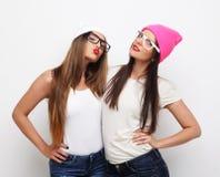 2 друз маленькой девочки нося шляпы Стоковое Фото