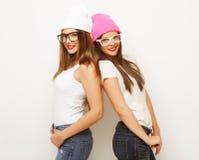 2 друз маленькой девочки нося шляпы Стоковые Изображения