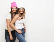 2 друз маленькой девочки нося шляпы Стоковая Фотография RF