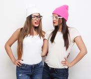 2 друз маленькой девочки нося шляпы Стоковая Фотография