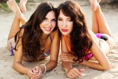 2 друз маленькой девочки совместно на пляже Стоковое фото RF