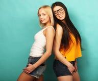 2 друз маленькой девочки стоя совместно и имея потеху Над bl Стоковое Изображение RF