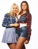 2 друз маленькой девочки стоя совместно и имея потеху Стоковая Фотография