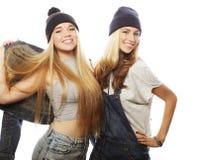 2 друз маленькой девочки стоя совместно и имея потеху Стоковое Изображение RF