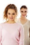 2 друз маленькой девочки стоя совместно Стоковые Фотографии RF