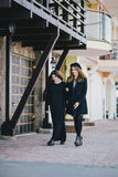 2 друз молодых женщин идя на улицу Стоковое Фото