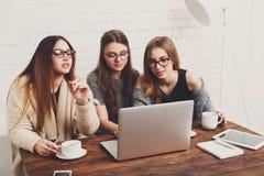 3 друз молодых женщин с компьтер-книжкой Стоковые Фотографии RF