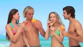 4 друз наслаждаются коктеилями совместно акции видеоматериалы