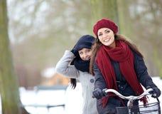 2 друз наслаждаясь каникулой зимы Outdoors Стоковые Изображения