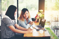 2 друз наслаждаясь кофе совместно в кофейне Стоковые Изображения