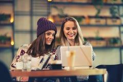 2 друз наслаждаясь кофе совместно в кофейне Стоковая Фотография