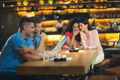 2 друз наслаждаясь кофе совместно в кофейне Стоковые Фото