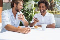 2 друз наслаждаясь кофе совместно Стоковая Фотография