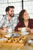 2 друз наслаждаясь кофе совместно Стоковая Фотография RF