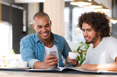 2 друз наслаждаясь кофе Стоковые Фотографии RF