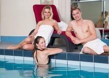 3 друз наслаждаясь днем на бассейне гостиницы Стоковые Фото