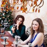 2 друз на партии, девушка сидя на Стоковые Фото