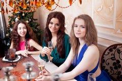 2 друз на партии, девушка сидя на Стоковая Фотография RF