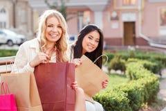 2 друз на прогулке после ходить по магазинам Стоковое Изображение RF