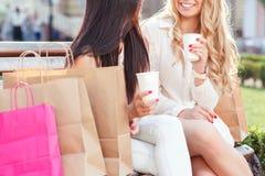 2 друз на прогулке после ходить по магазинам Стоковое Изображение