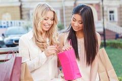 2 друз на прогулке после ходить по магазинам Стоковые Изображения RF