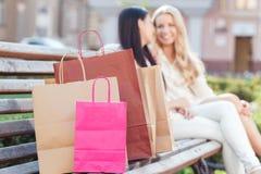 2 друз на прогулке после ходить по магазинам Стоковые Изображения