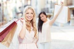 2 друз на прогулке после ходить по магазинам Стоковая Фотография