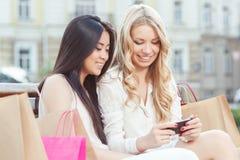 2 друз на прогулке после ходить по магазинам Стоковые Фото