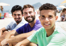 3 друз на пляже смотря камеру Стоковое Изображение RF
