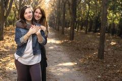 2 друз обнимая в парке Стоковые Изображения RF