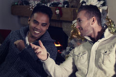 2 друз обсуждая рядом с камином Стоковые Фотографии RF