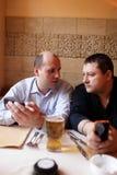 2 друз ослабляют в кафе Стоковые Изображения