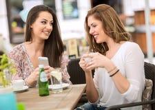 2 друз ослабляя и выпивая кофе, перерыв на чашку кофе Стоковые Изображения